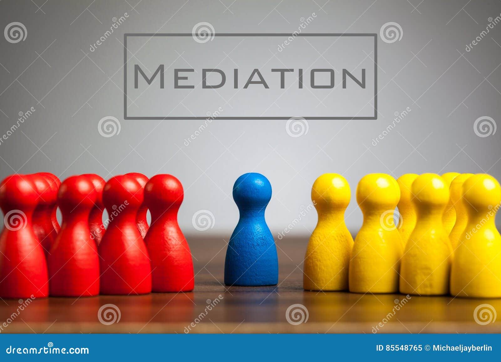 Concetto di mediazione con le figurine del pegno sulla tavola