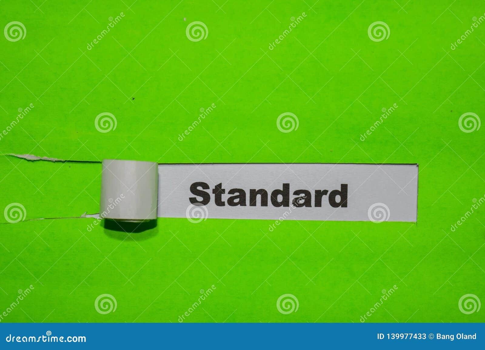 Concetto di norma, di ispirazione e di affari su carta lacerata verde