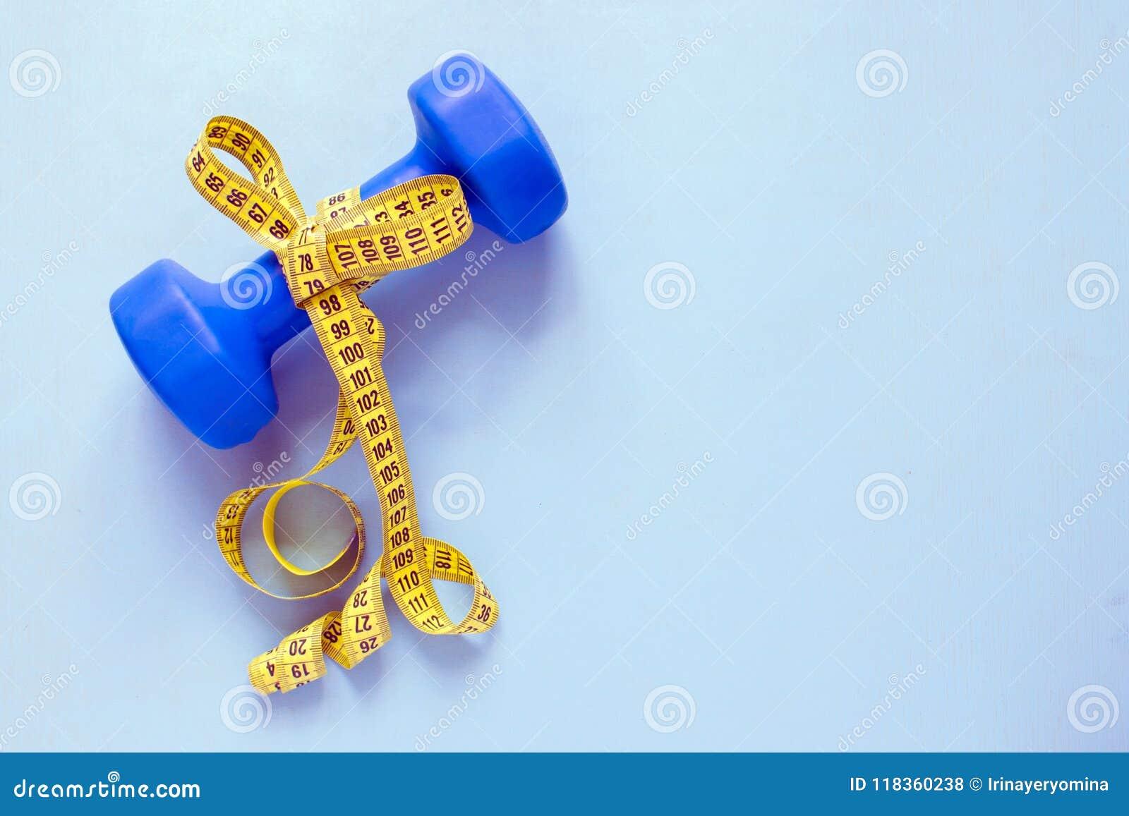 Concetto di perdita di peso e di forma fisica Testa di legno blu con l arco del yello