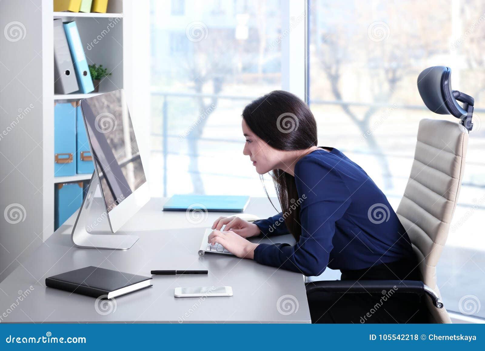 Concetto di posizione Giovane donna che lavora con il calcolatore