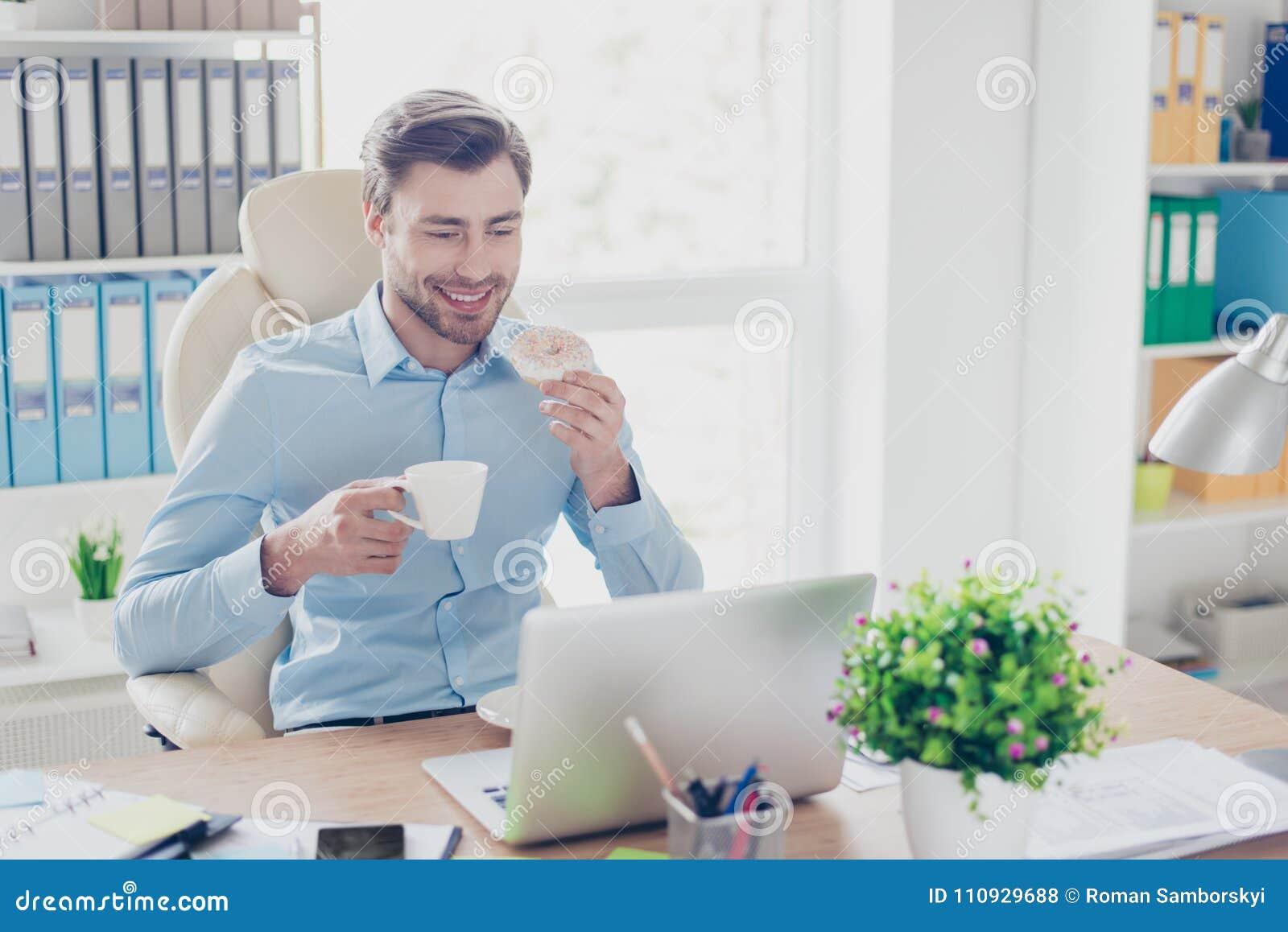 Concetto di pranzare rottura sul lavoro Ritratto del satisfi felice