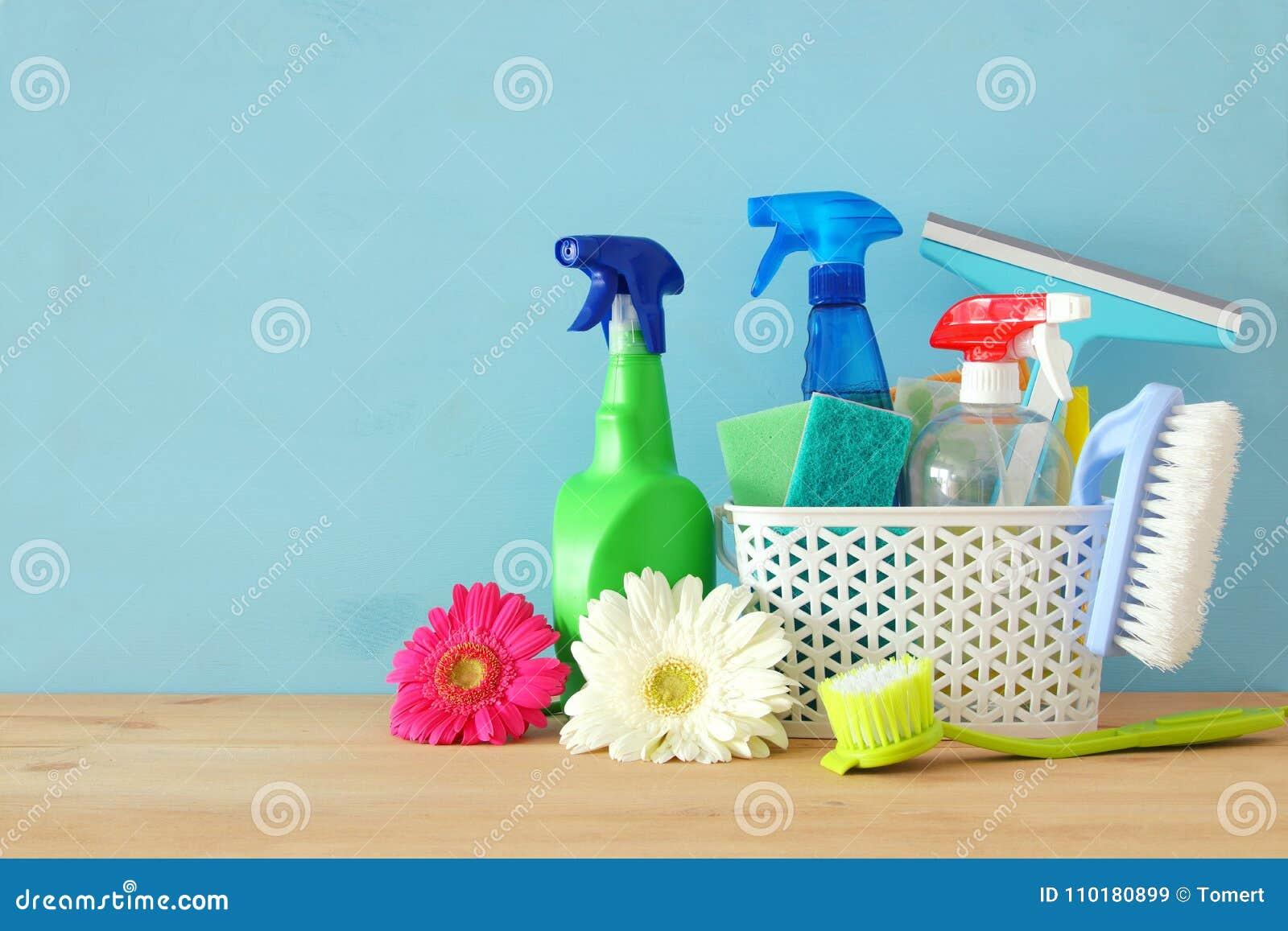 Concetto di pulizie di primavera con i rifornimenti sulla tavola di legno