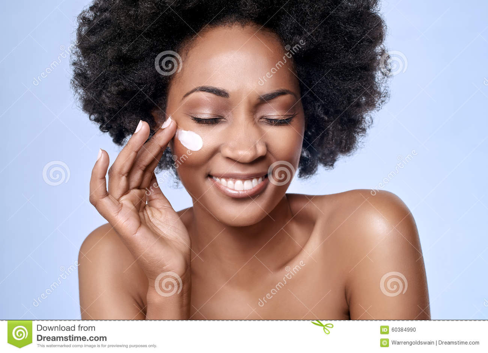 Concetto di Skincare con il modello dell africano nero