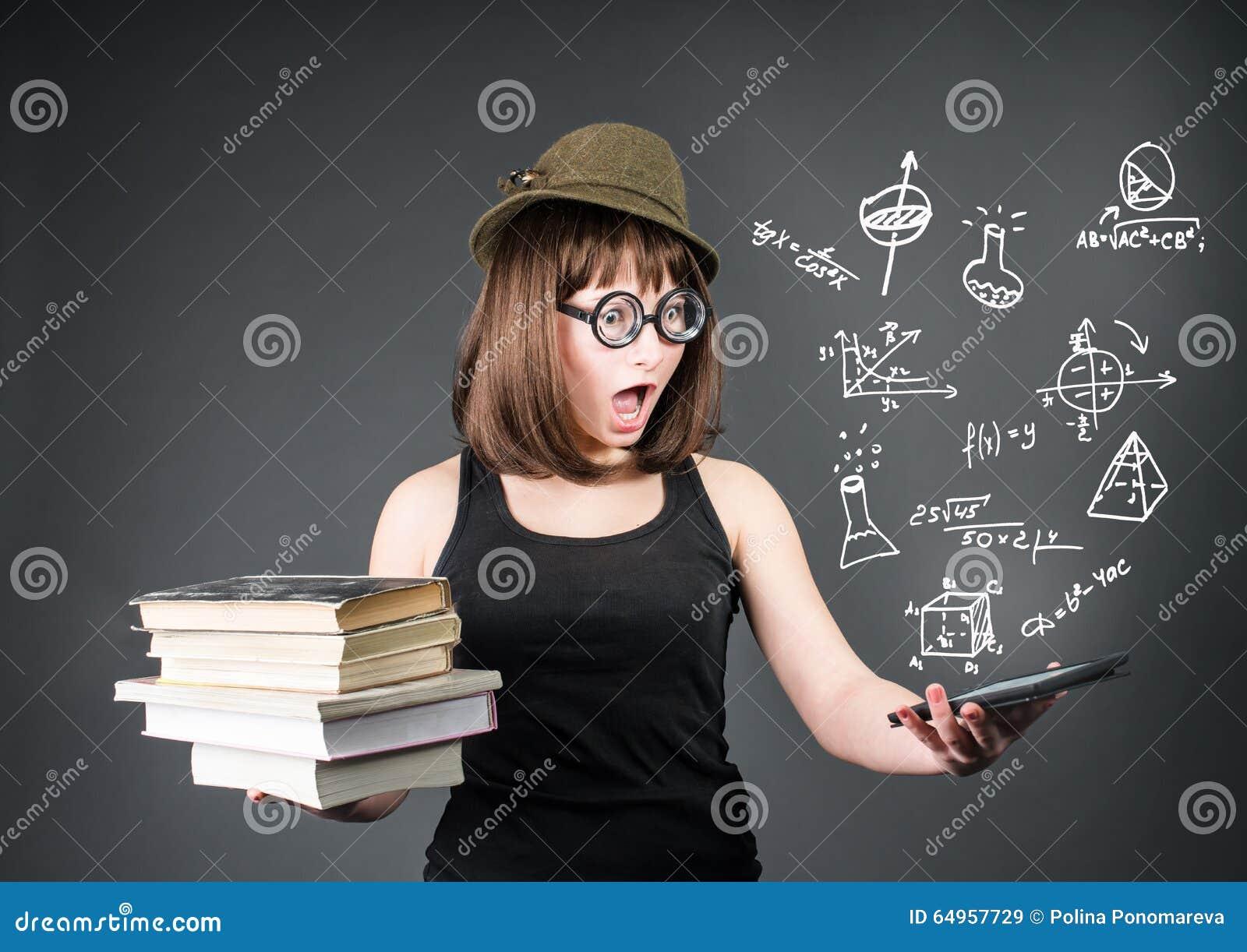 Concetto di tecnologia della scuola di istruzione Studente sorpreso del nerd con i vecchi libri in un mano ed e-lettore in un alt