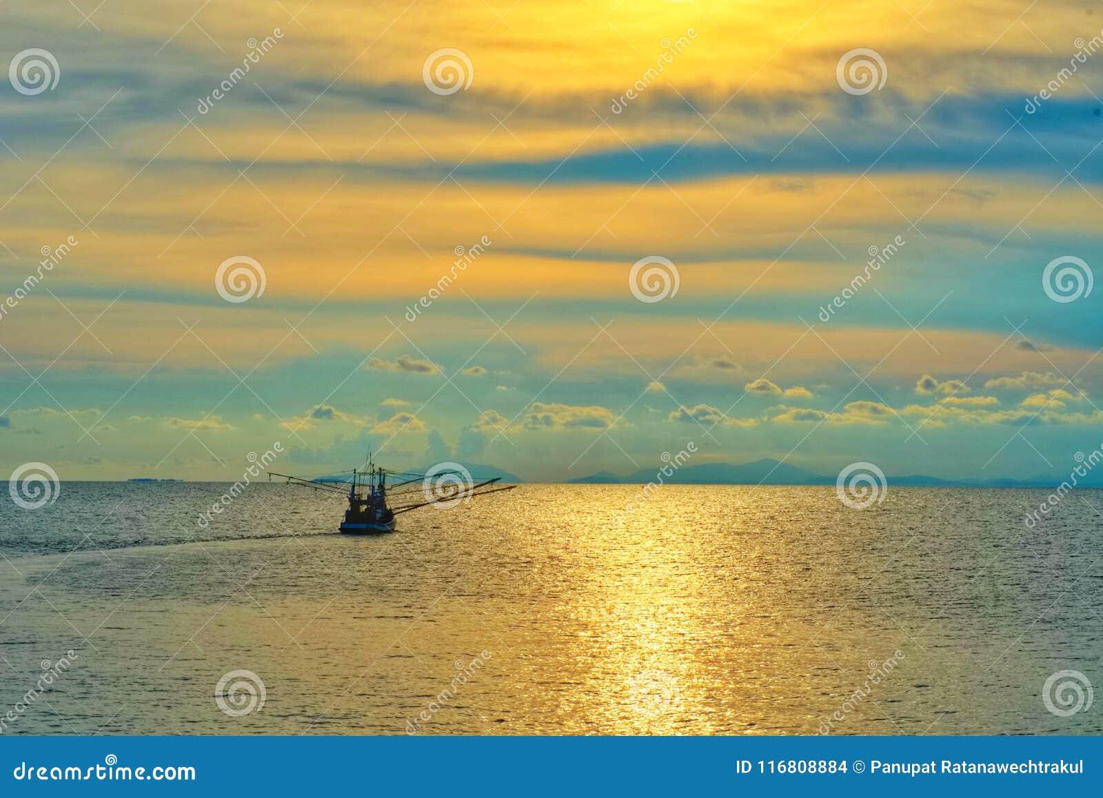Concetto di tempo di vacanza, tempo della spiaggia sopra con la vista del mare