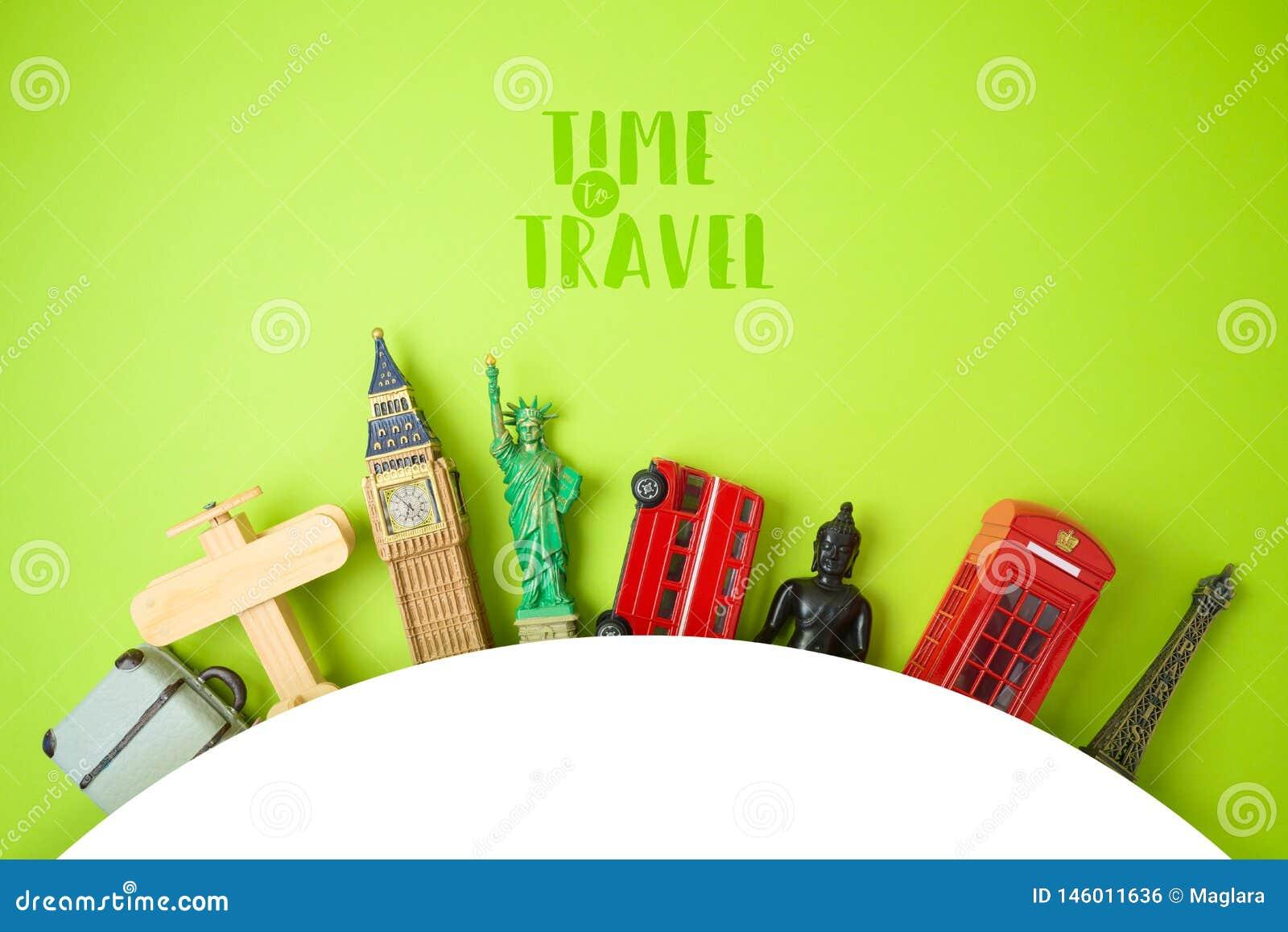 Concetto di turismo e di viaggio con i ricordi su fondo verde