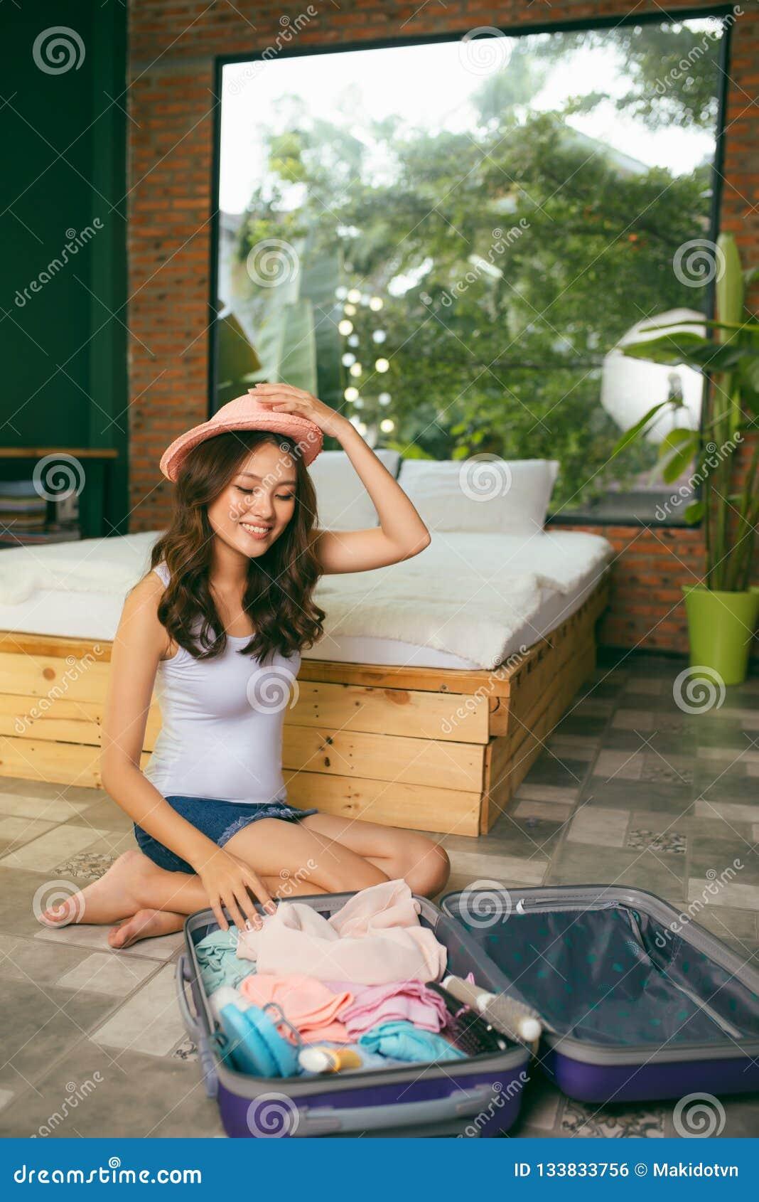 Concetto di vacanza e di viaggio, roba dell imballaggio della donna di felicità ed a