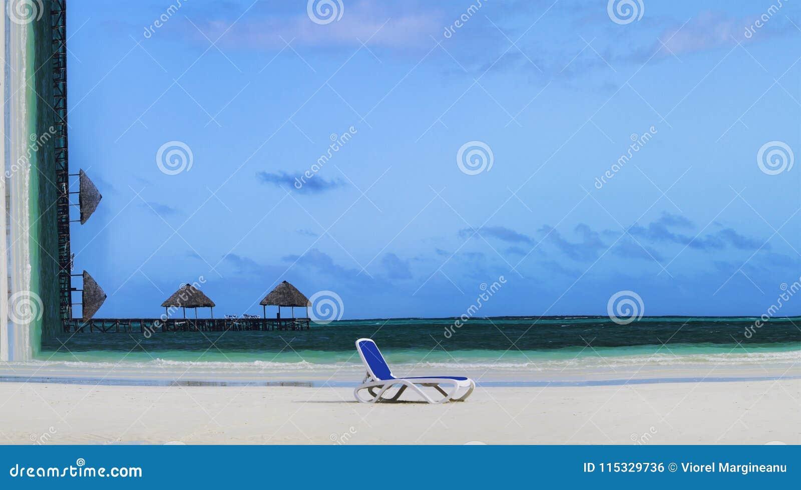 Concetto di vacanze estive Immagine concettuale della spiaggia tropicale con la sedia di salotto sulla sabbia e gli ombrelloni su