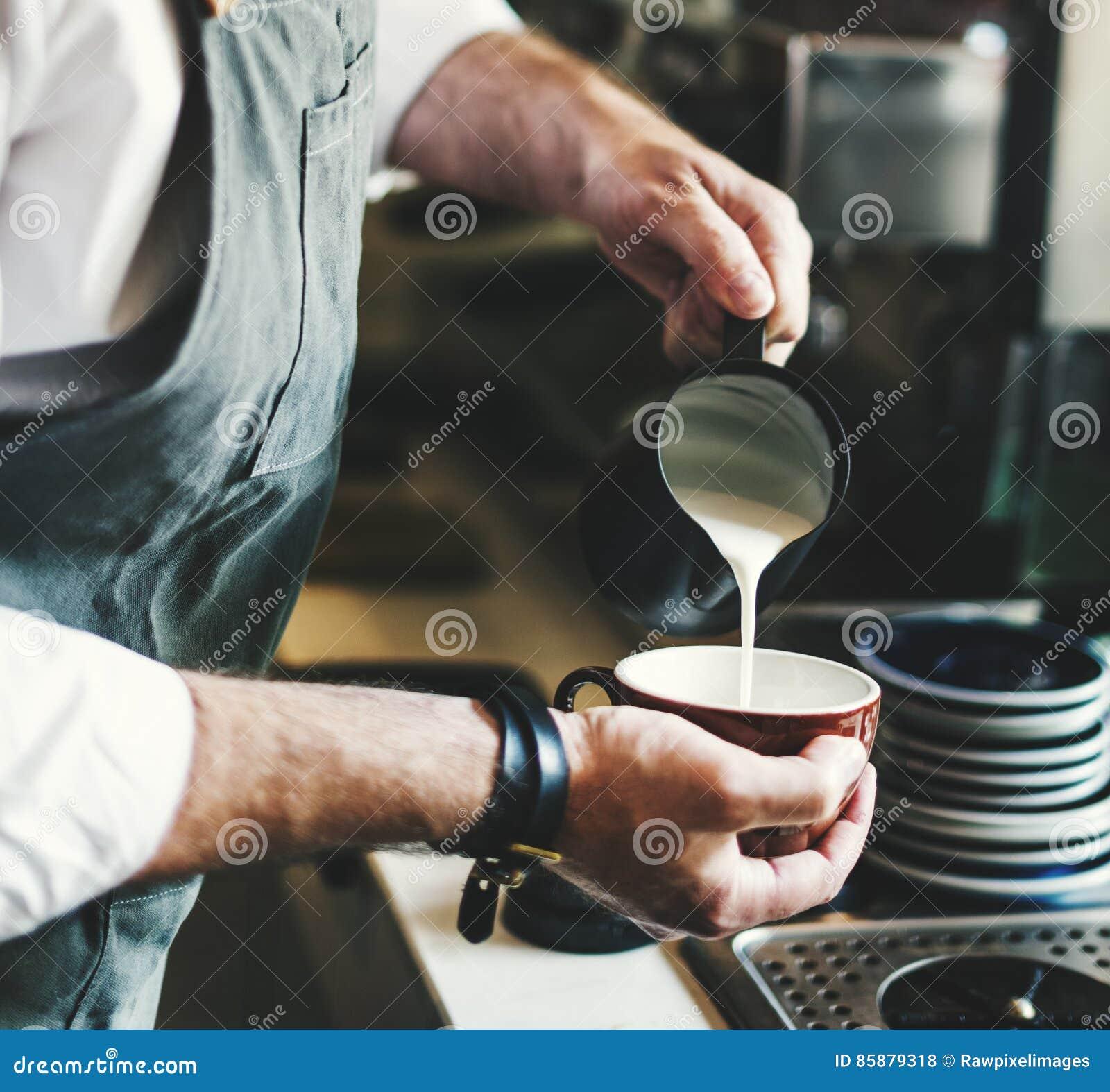 Concetto di versamento di Apron Cafe Shop di barista del Latte del caffè