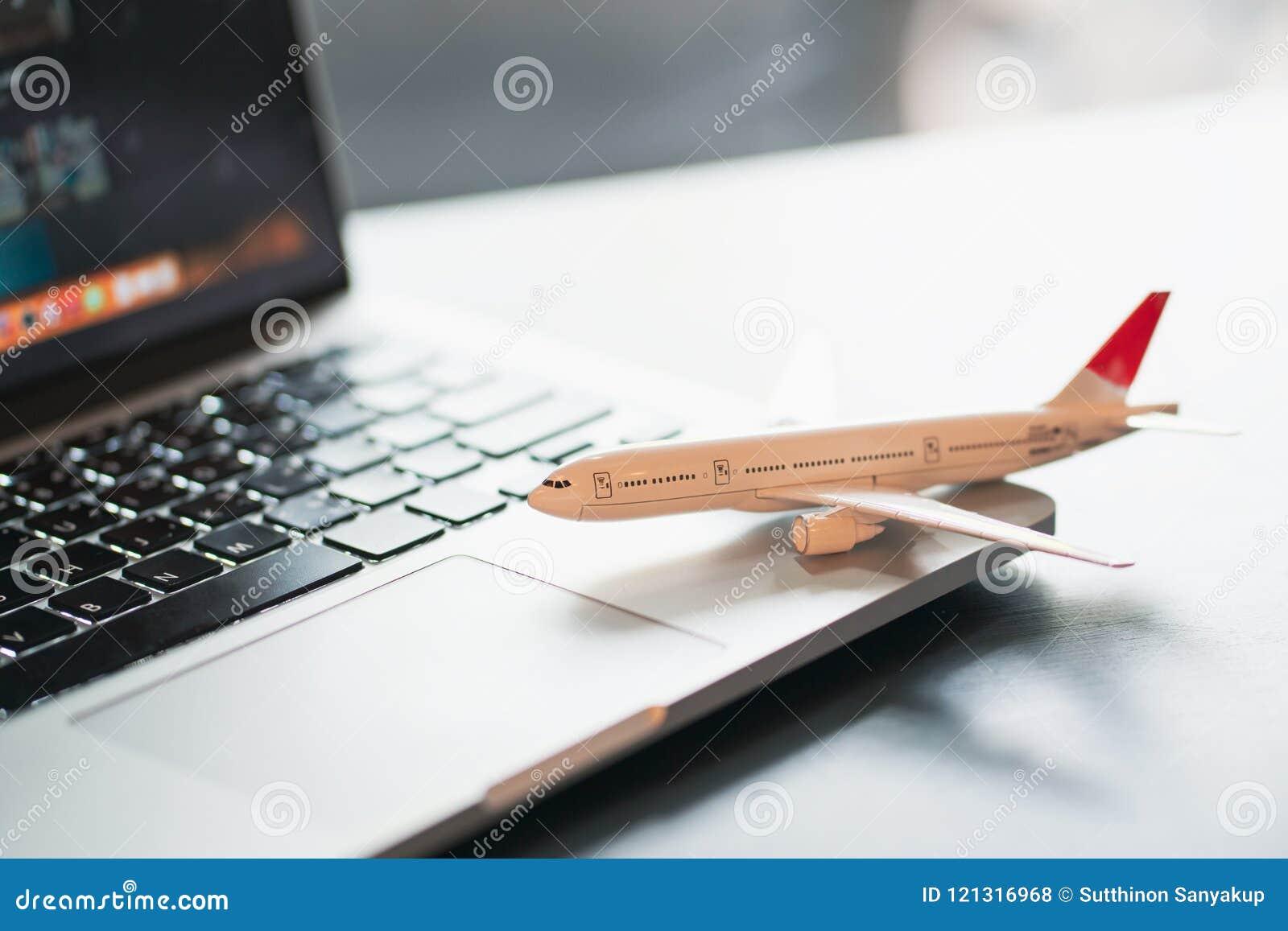 Concetto di viaggio di tecnologia del computer portatile di vacanza di festa di viaggio, concetto di pianificazione di viaggio