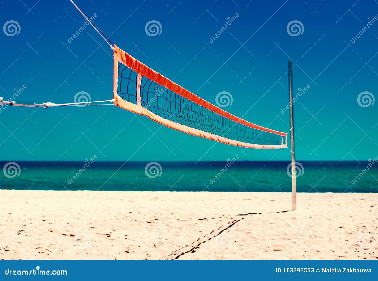 Concetto di vita della spiaggia di estate - rete di pallavolo e spiaggia vuota Sea