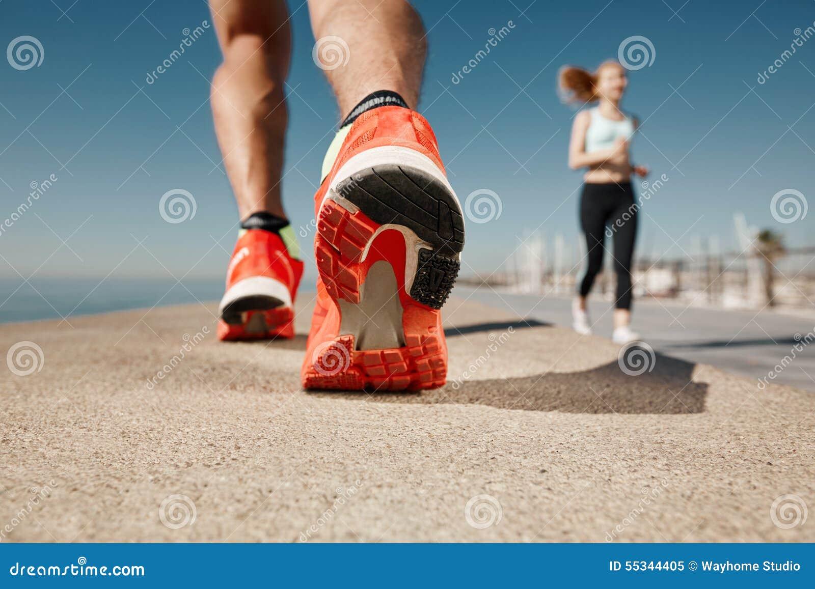 Concetto di welness di allenamento di trotto di alba di forma fisica dello sportivo