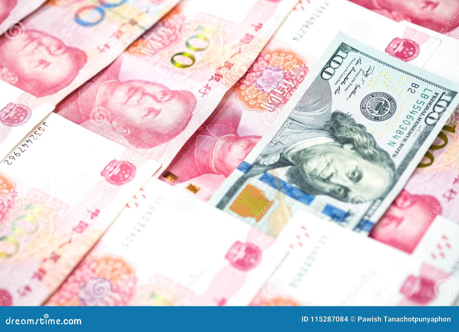 Concetto differente con la fattura di dollaro americano in mucchio della Bi cinese di yuan