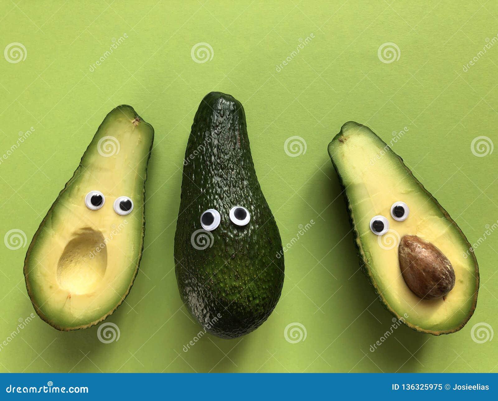 Concetto divertente creativo dell alimento, avocado