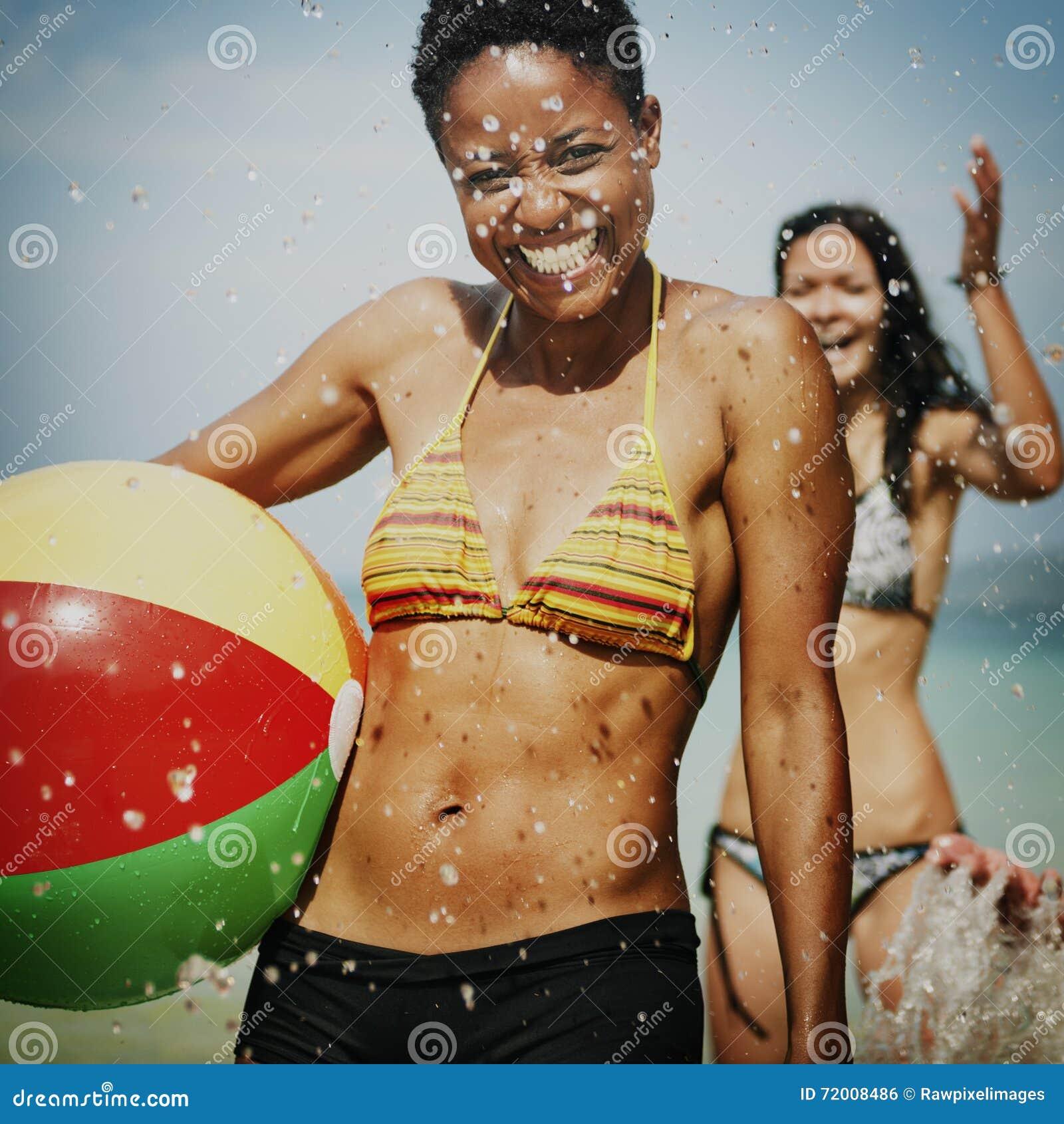 Concetto femminile della palla di godimento della spiaggia della donna delle donne