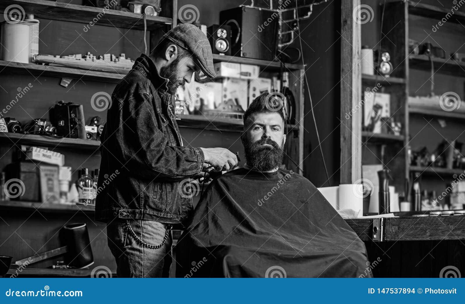 Concetto governare Pantaloni a vita bassa con la barba coperta di servizio del capo dal barbiere professionista in parrucchiere a