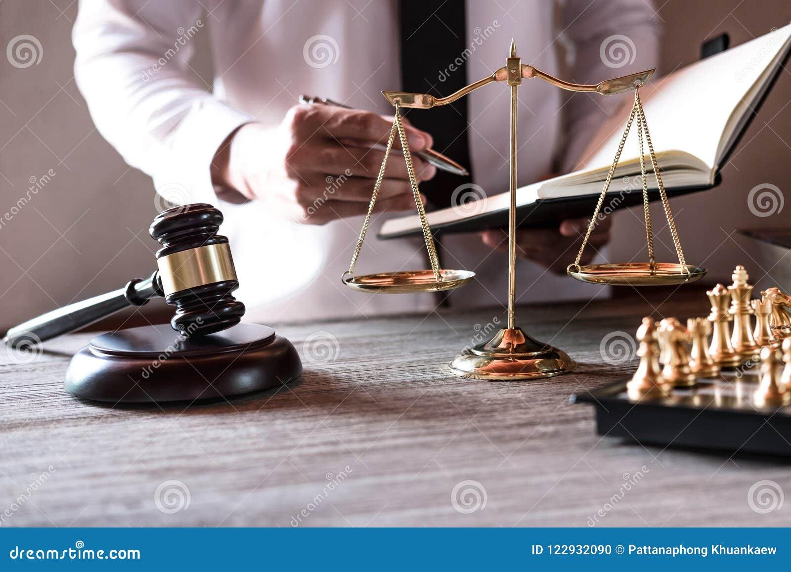 Concetto legale di legge, di consiglio e della giustizia, avvocati maschii professionisti