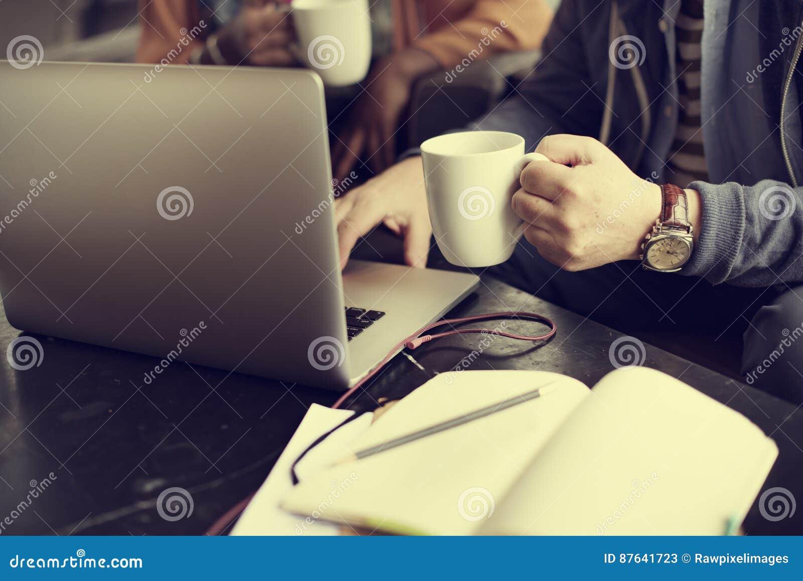 Concetto occupato di Working Coffee Shop dell uomo d affari