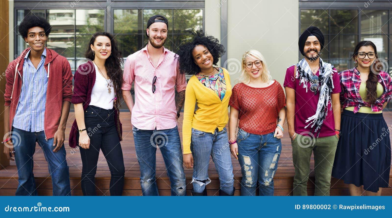 Concetto sorridente di felicità di lavoro di squadra degli studenti di college
