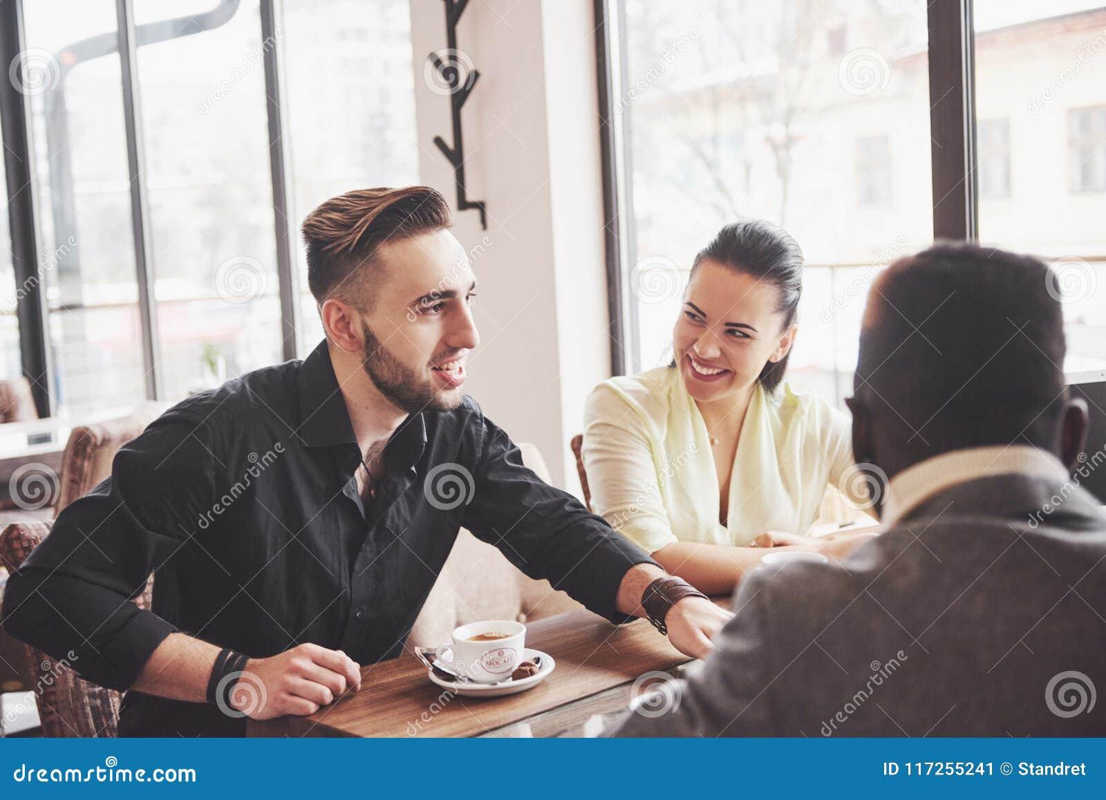 Concetto Startup di riunione di  brainstorming  di lavoro di squadra di diversità Documento rapporto di Team Coworkers Sharing Wo
