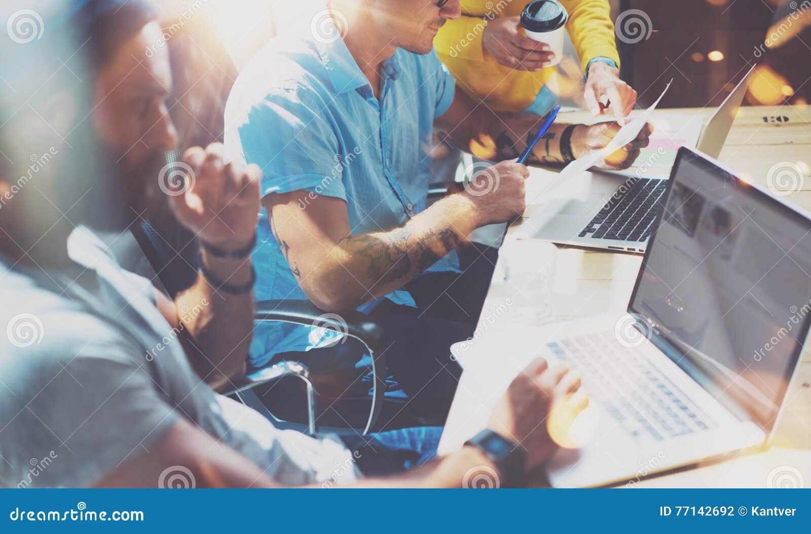Concetto Startup di riunione di  brainstorming  di lavoro di squadra di diversità Computer portatile di Team Coworker Global Shar