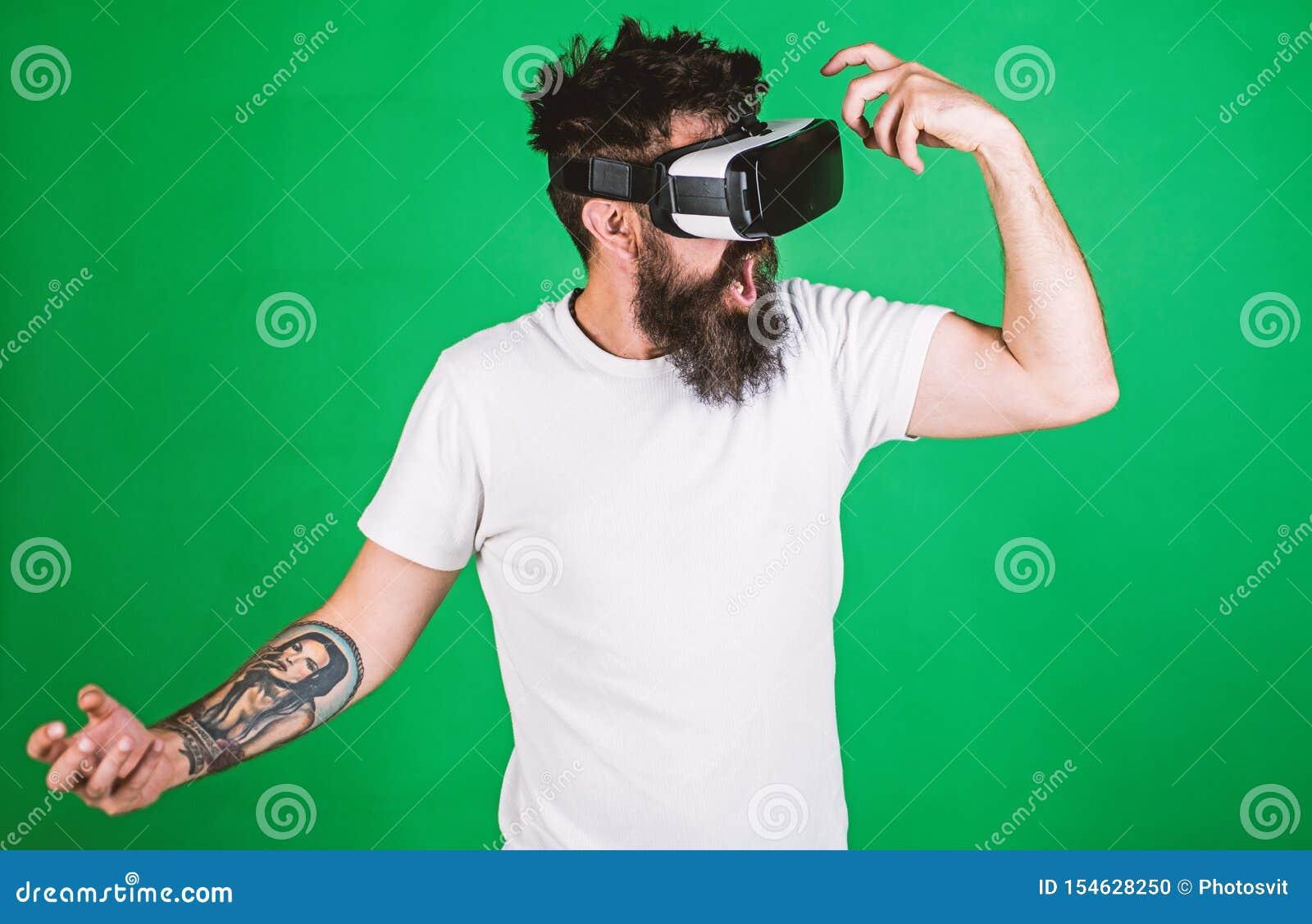 Concetto virtuale del partito Pantaloni a vita bassa sul fronte gridante divertendosi nella realt? virtuale Tipo con il ballo del