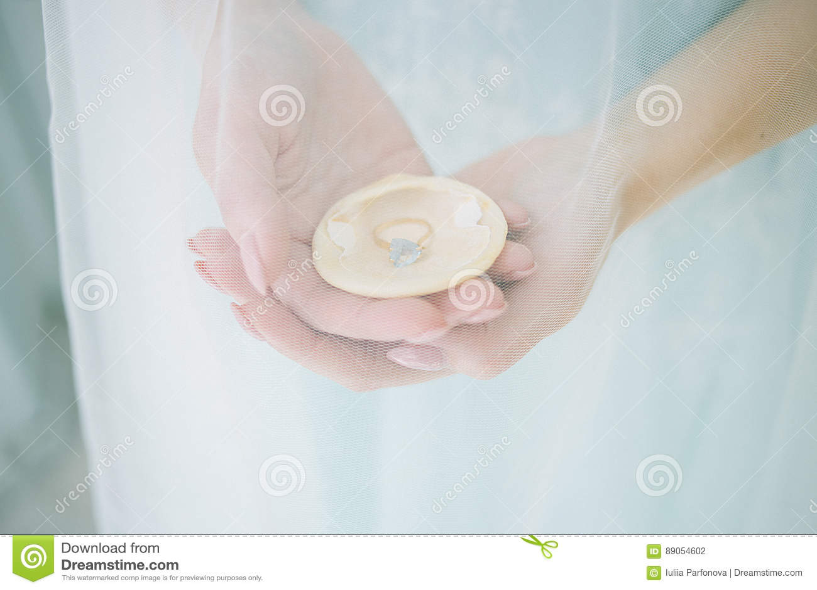 Concha do mar nas mãos da noiva