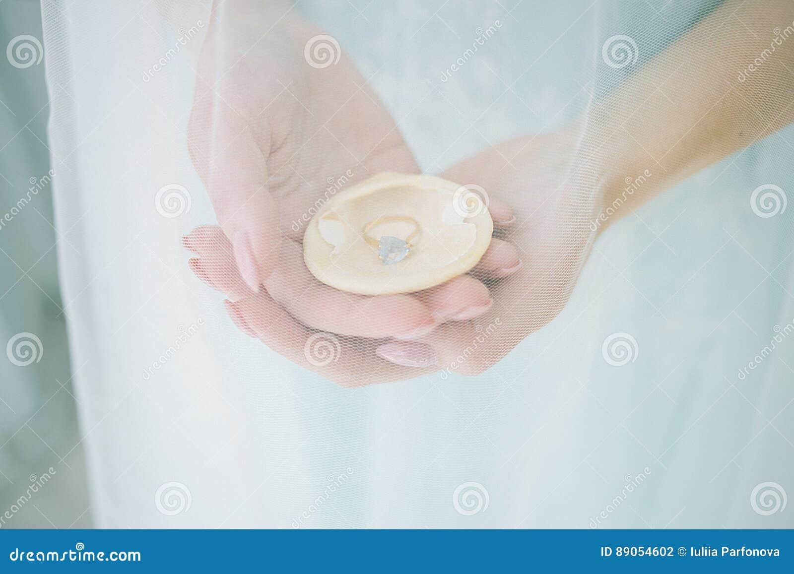 Concha marina en las manos de la novia