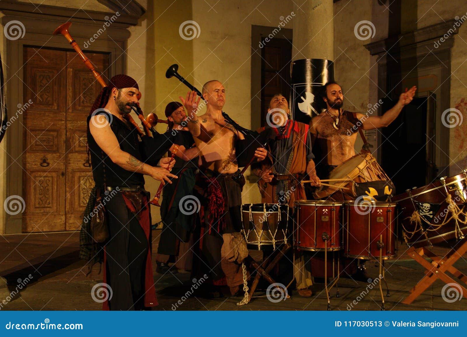 Concierto acústico por la banda bárbara del tubo