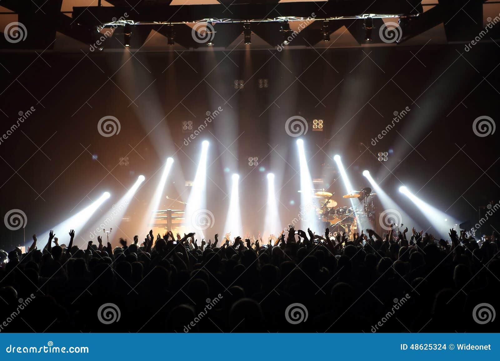 Concierto de la música con la audiencia y las luces de la etapa
