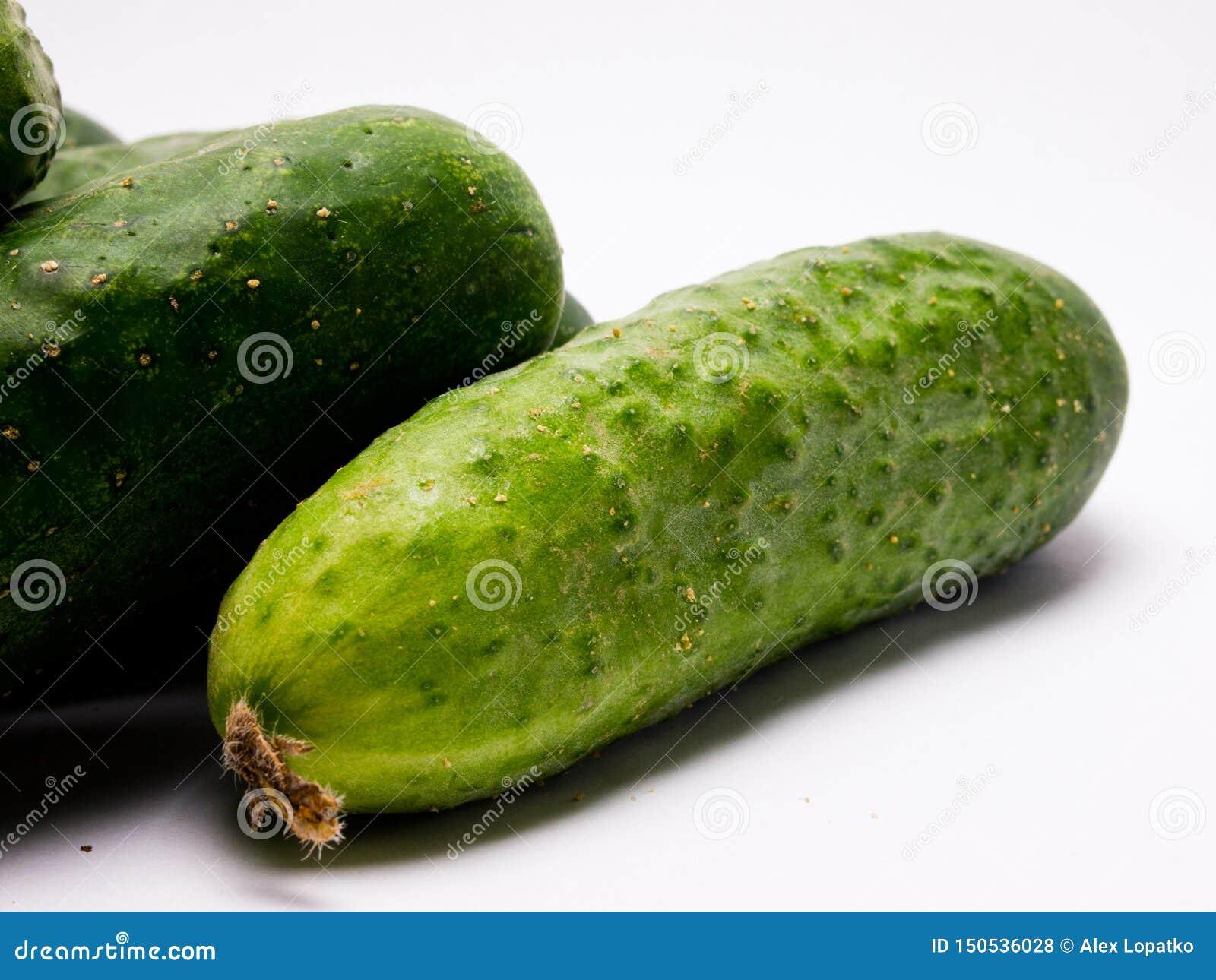 Concombre vert frais sur le fond blanc