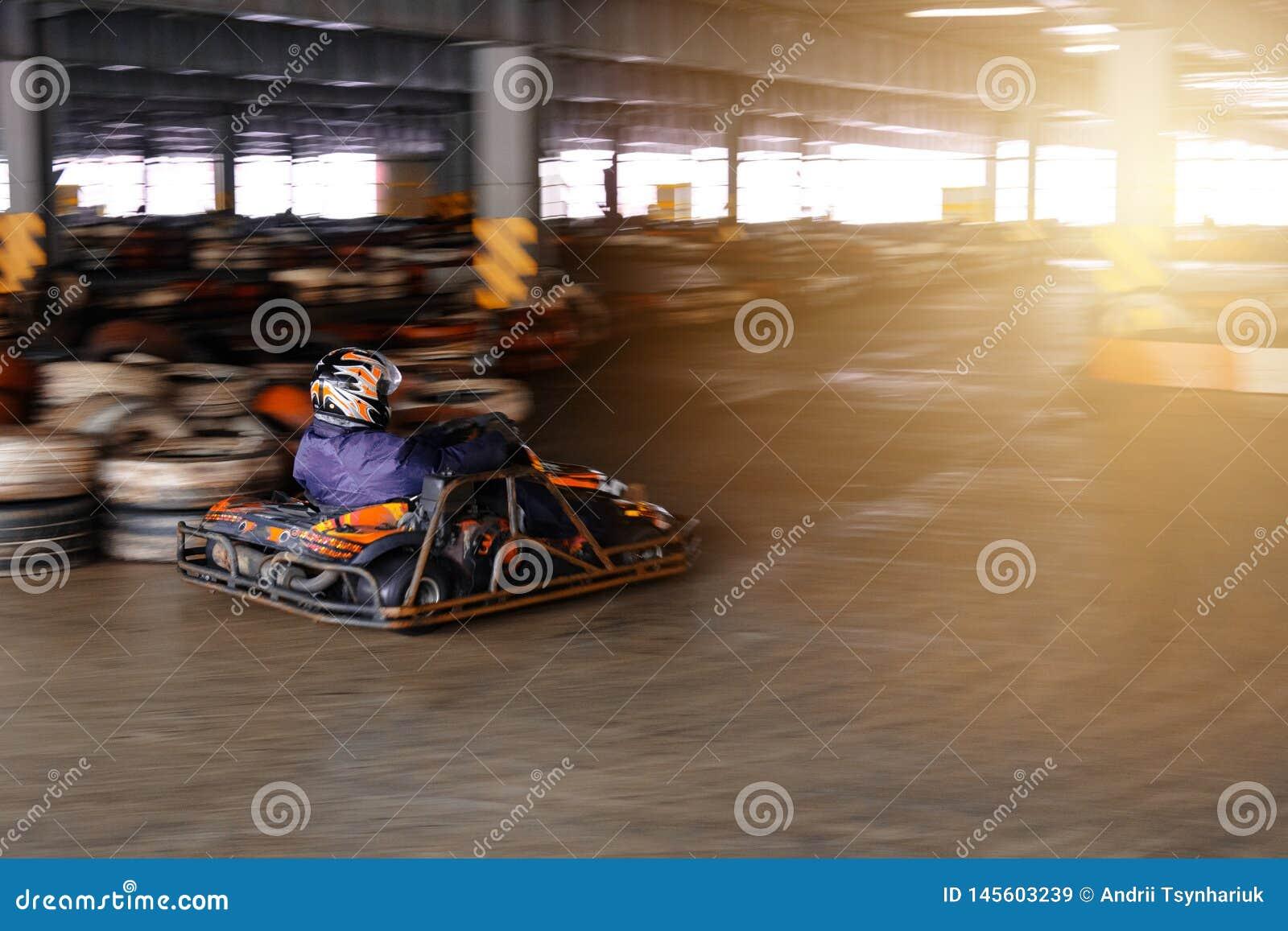 Concorrenza karting dinamica a velocit? con moto confuso su un ippodromo fornito