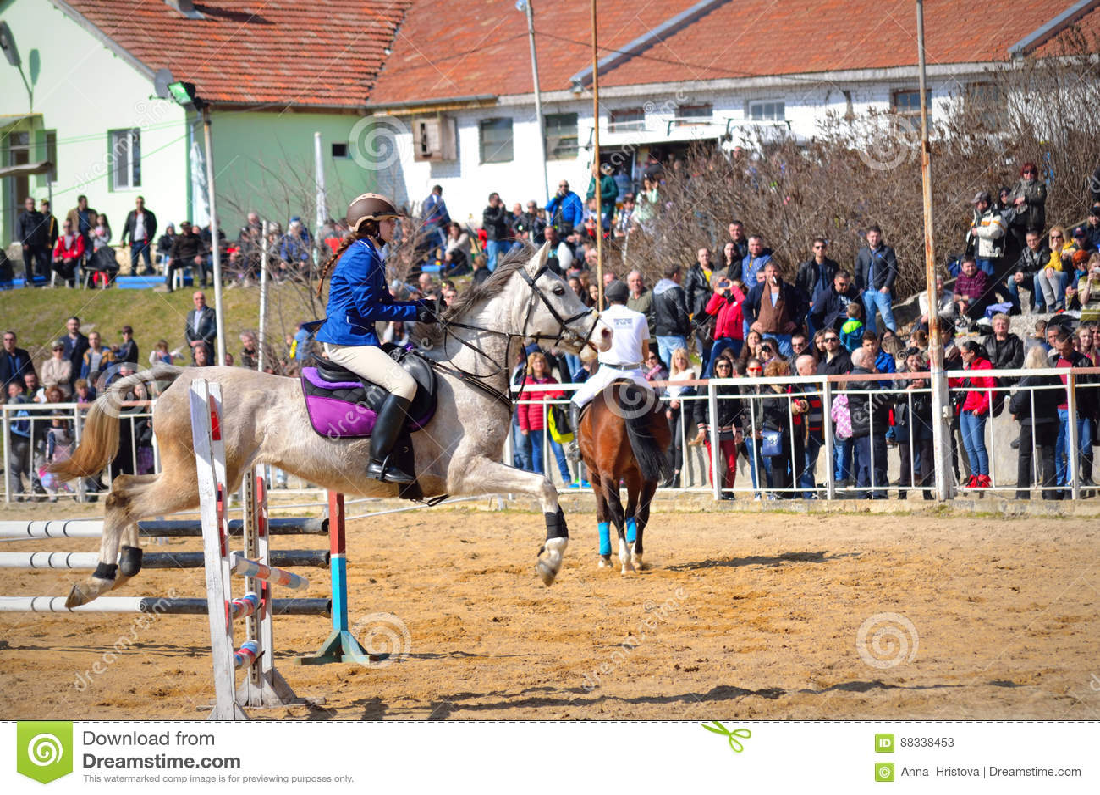 Concours équestre Varna Bulgarie de cavalier de cheval de petite fille 09d4ffd8b88
