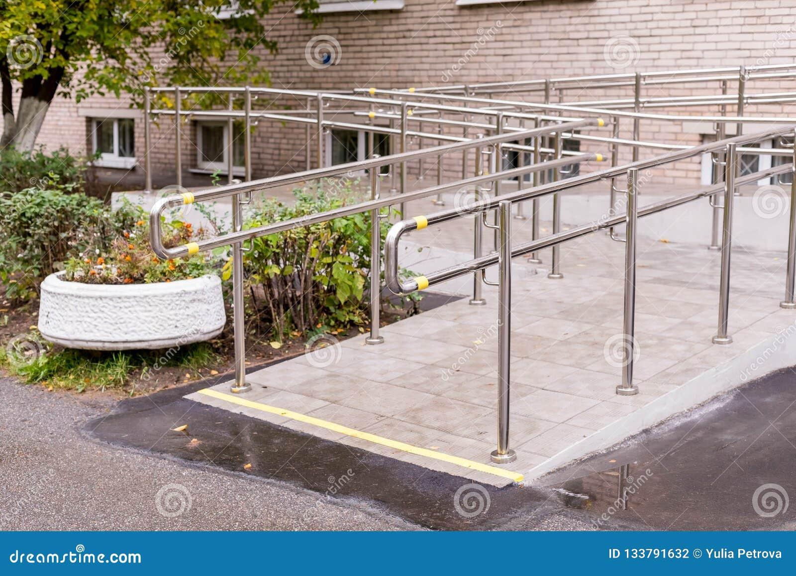 Concret-Rampenweise mit Edelstahlhandlauf mit behindertem Zeichen für Stützrollstuhlbehinderter Sträflinge und Arme