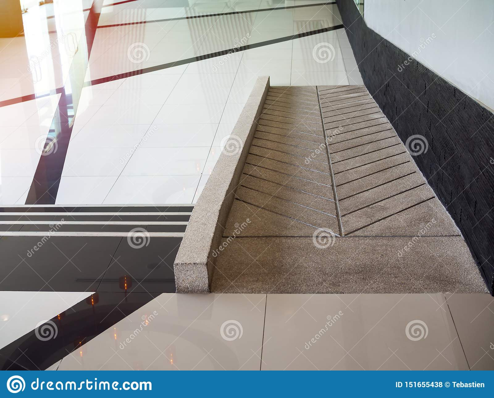 Concrete hellingsmanier voor de gehandicapten van de steunrolstoel binnen het gebouw