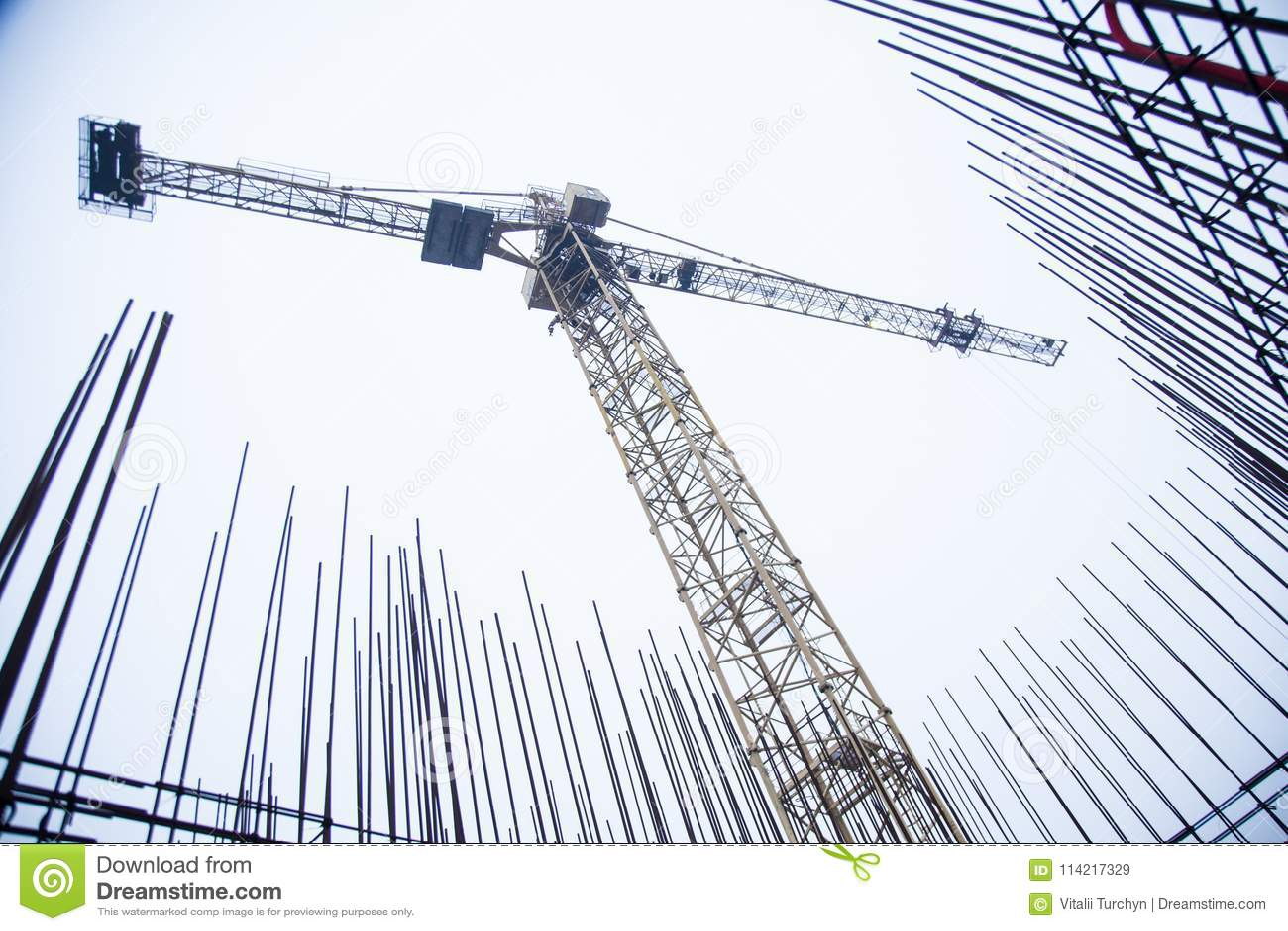 Concrete pijlers op industriële bouwwerf De bouw van wolkenkrabber met kraan, hulpmiddelen en versterkte staalbars