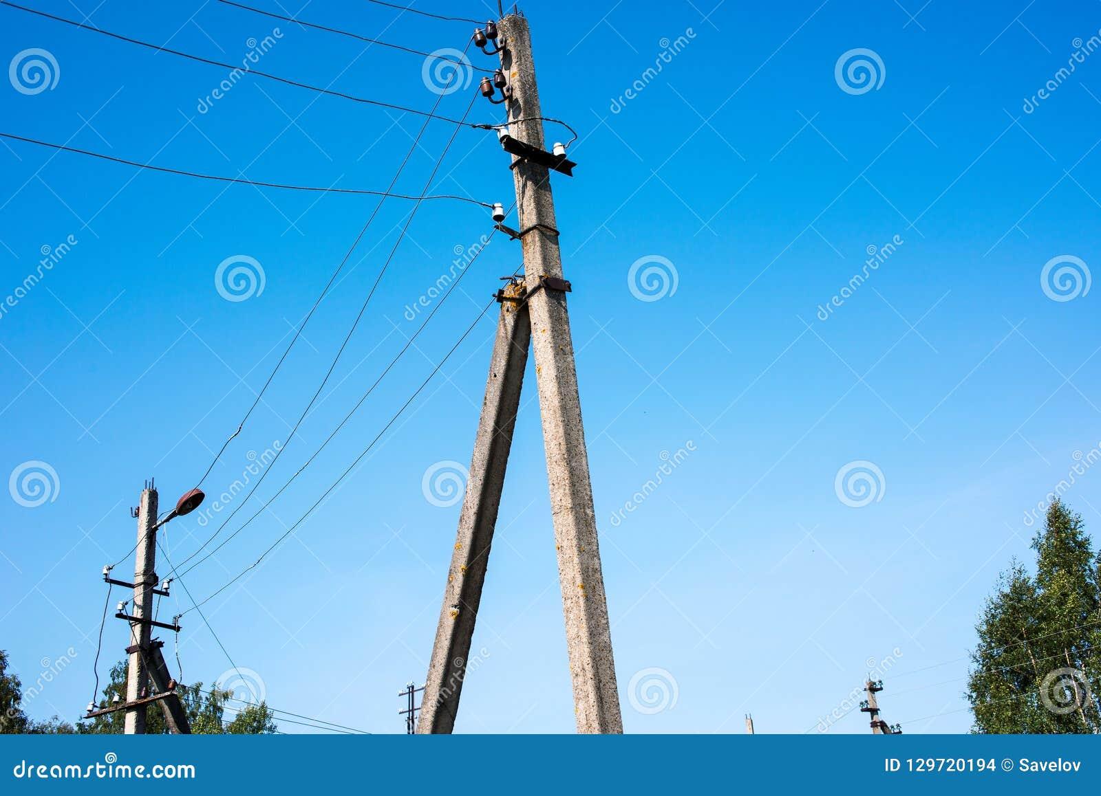Concrete pijlers van hoogspanningsnetwerk