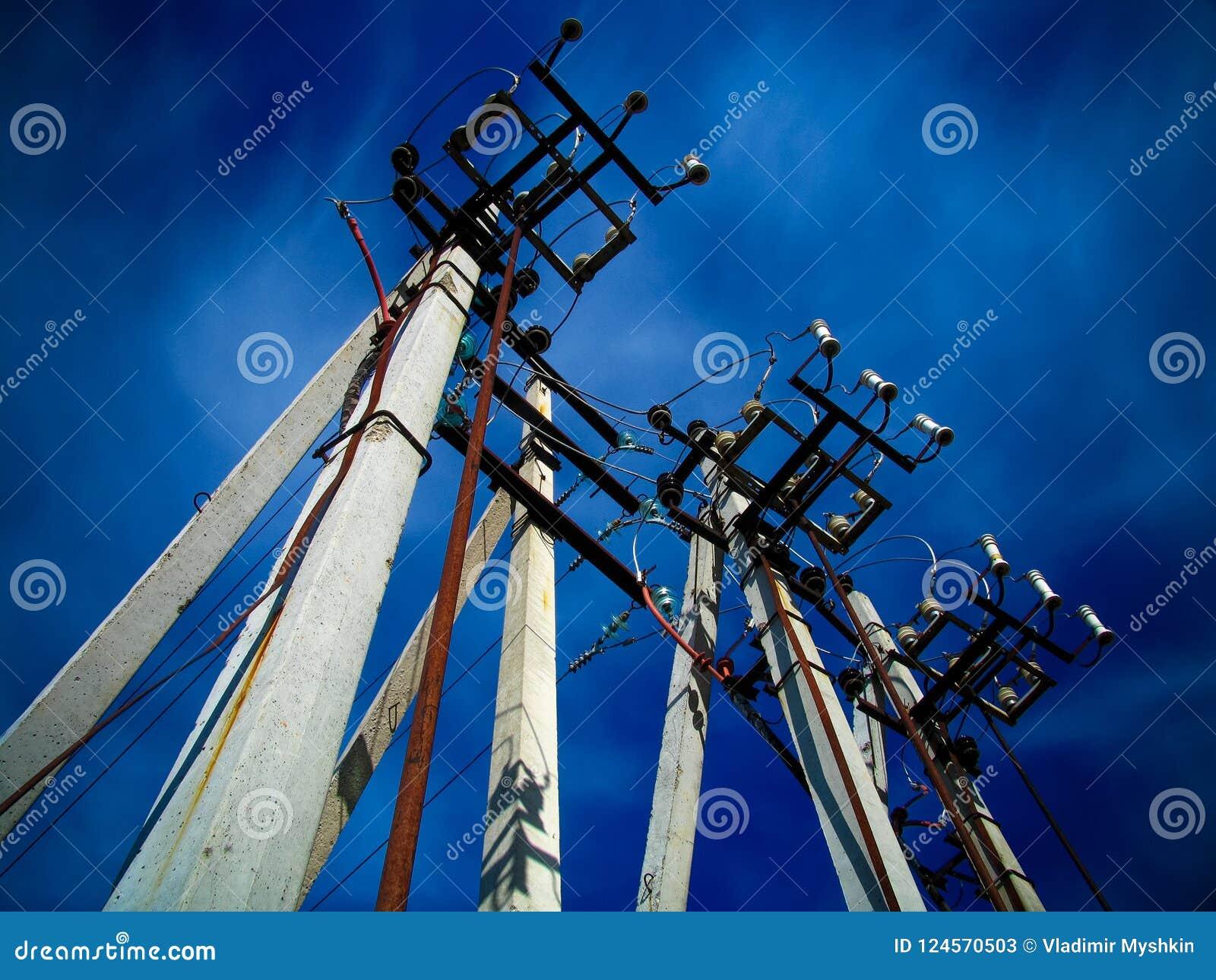 Concrete pijlers van lijn met hoog voltage