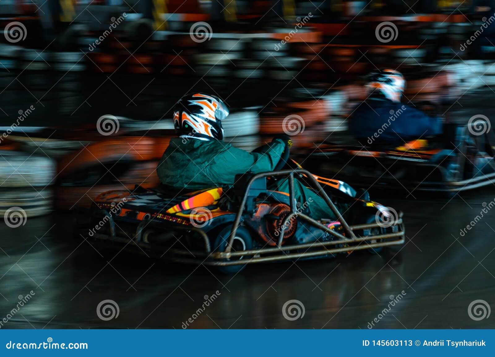 Concurrence karting dynamique ? la vitesse avec le mouvement trouble sur une piste ?quip?e