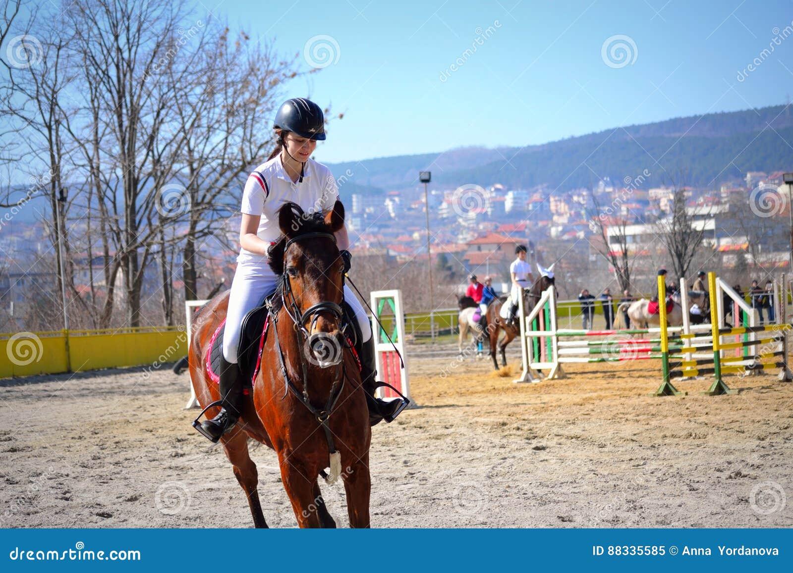 Concurrent Varna Bulgarie De Fille De Concurrence D équitation Image ... 3ef237e7bff