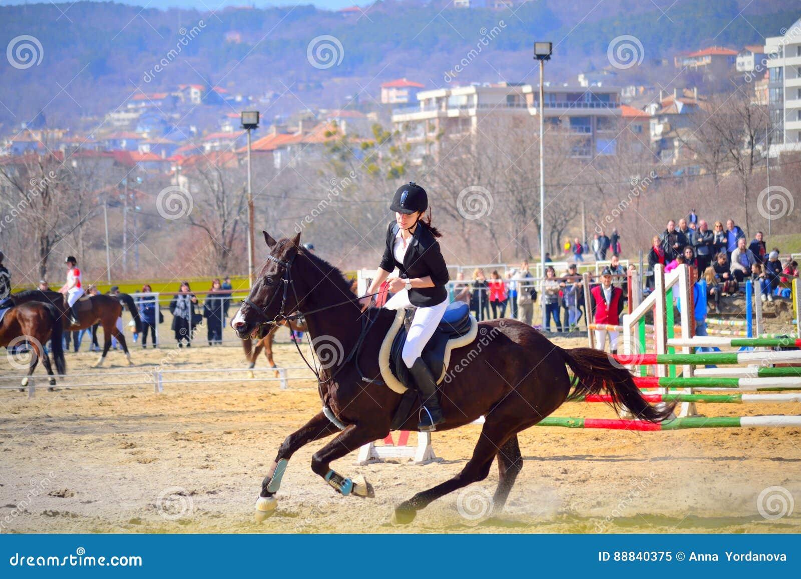 Concurrent Varna Bulgarie De Jeune Fille D équitation Image ... d9e80f100da