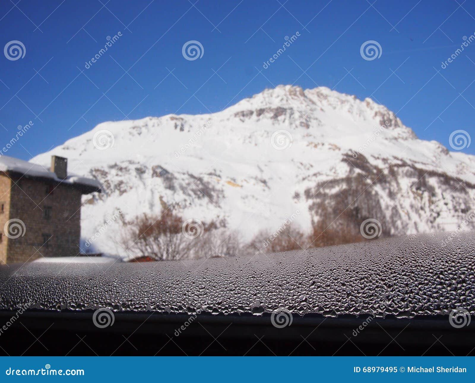Condensación de la ventana en las montañas