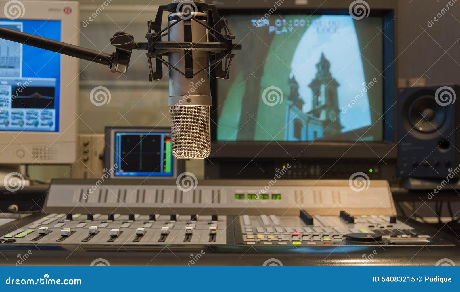 Condensatormicrofoon in TV-het binnenland van de productiestudio