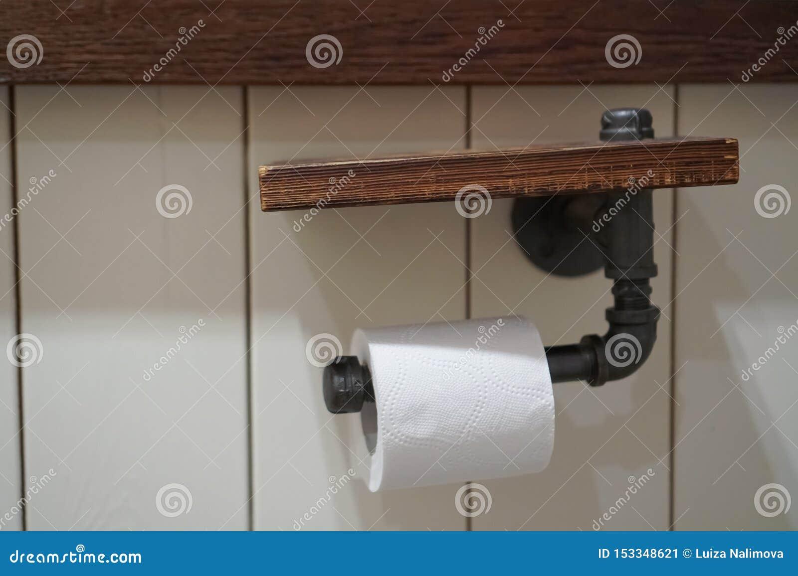 Condizione del distributore di carta igienica isolata su fondo bianco carta igienica sul supporto della parete
