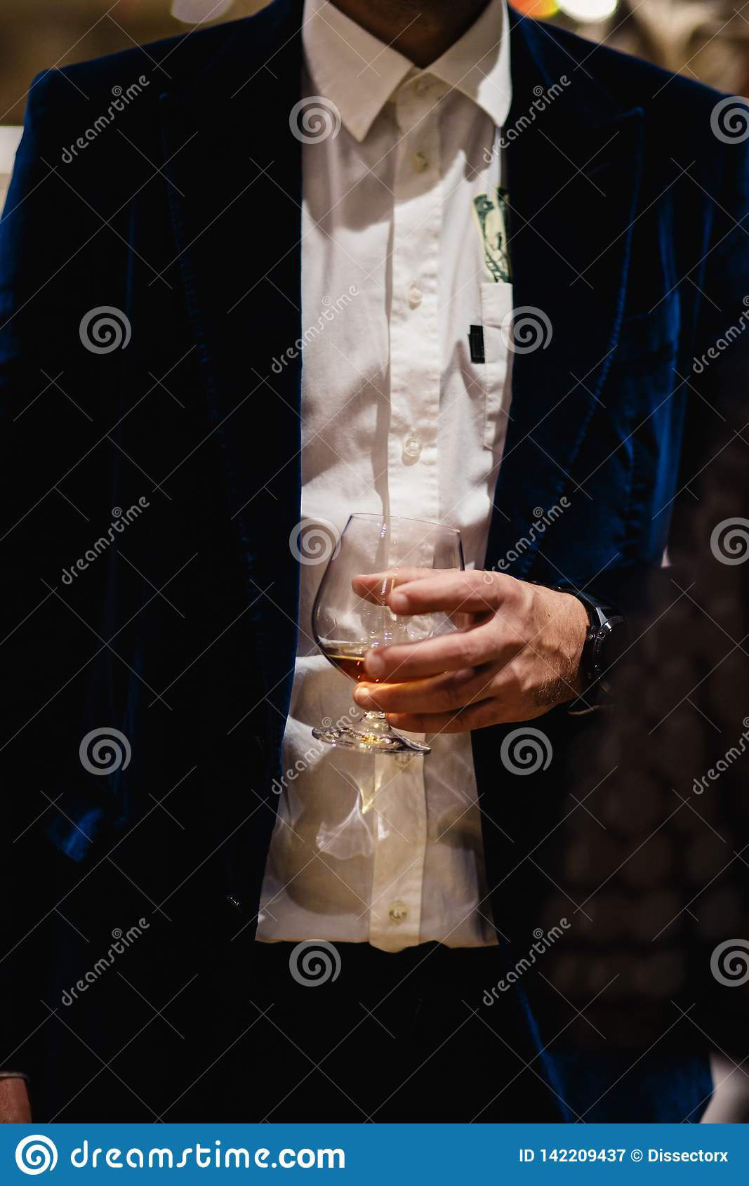 Condizione della gente che chiacchiera ad una cena di affari che tiene l assaggio di vetro di vino e del whiskey e che degustatin