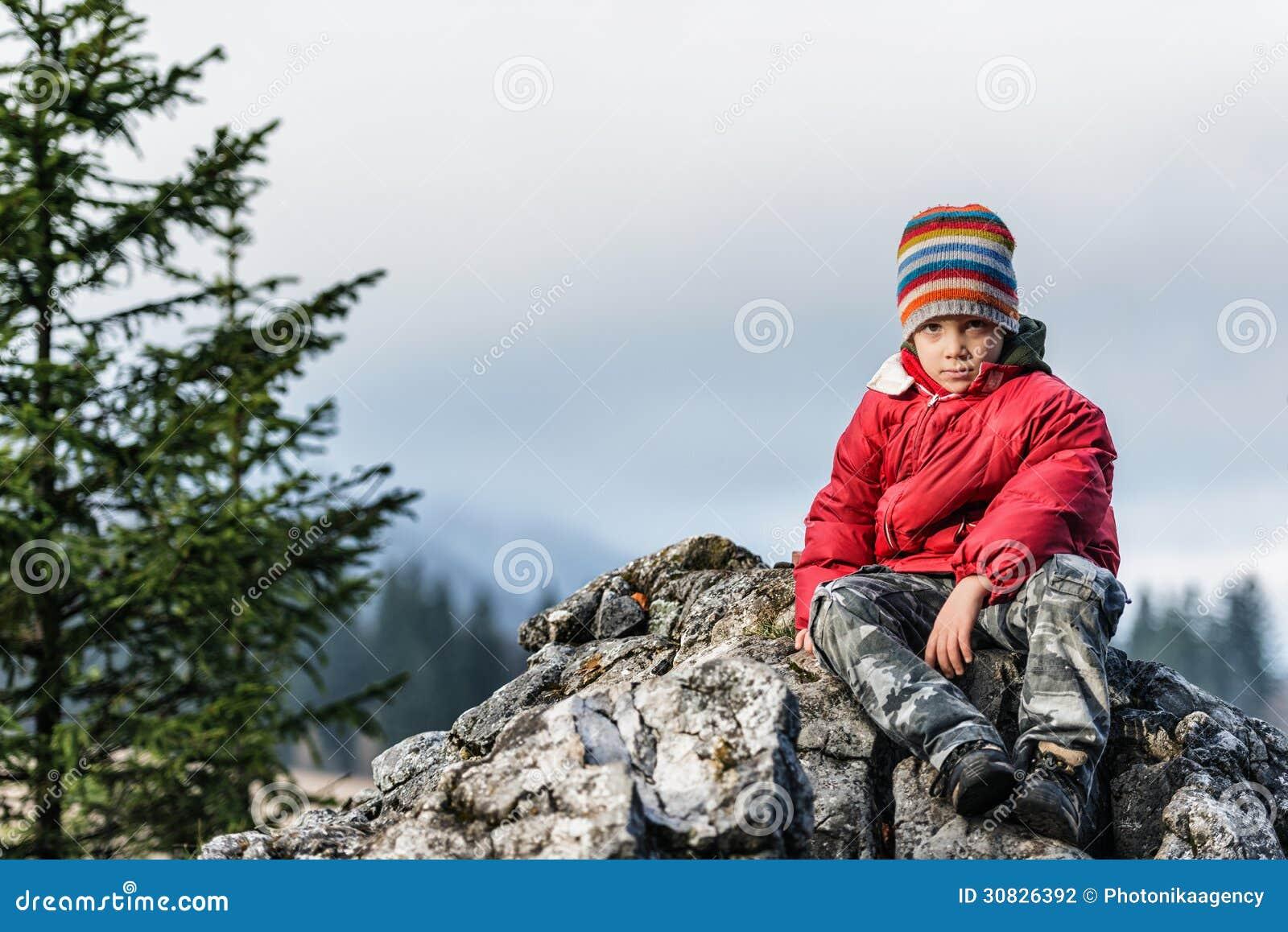 Condizione triste e sola del ragazzo su una scogliera