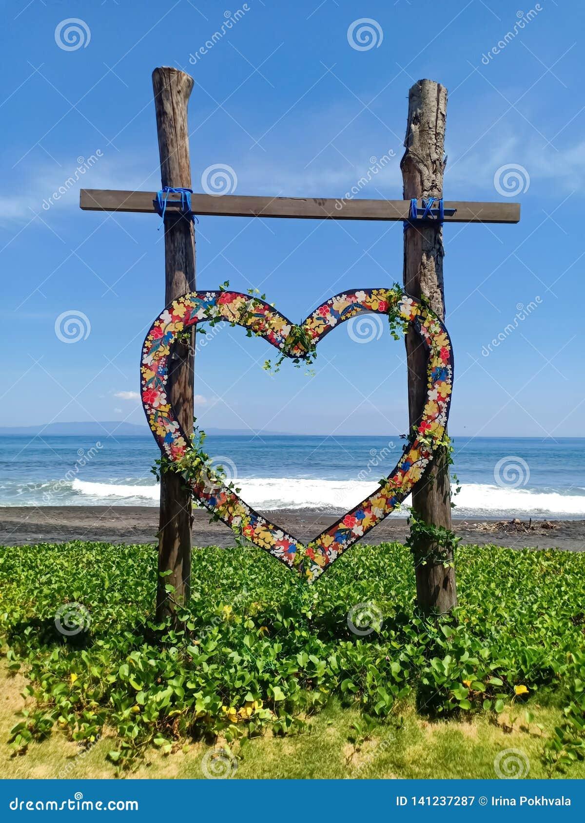 Condolencia de madera en forma de corazón para casarse, en la playa de la isla de Bali, Indonesia