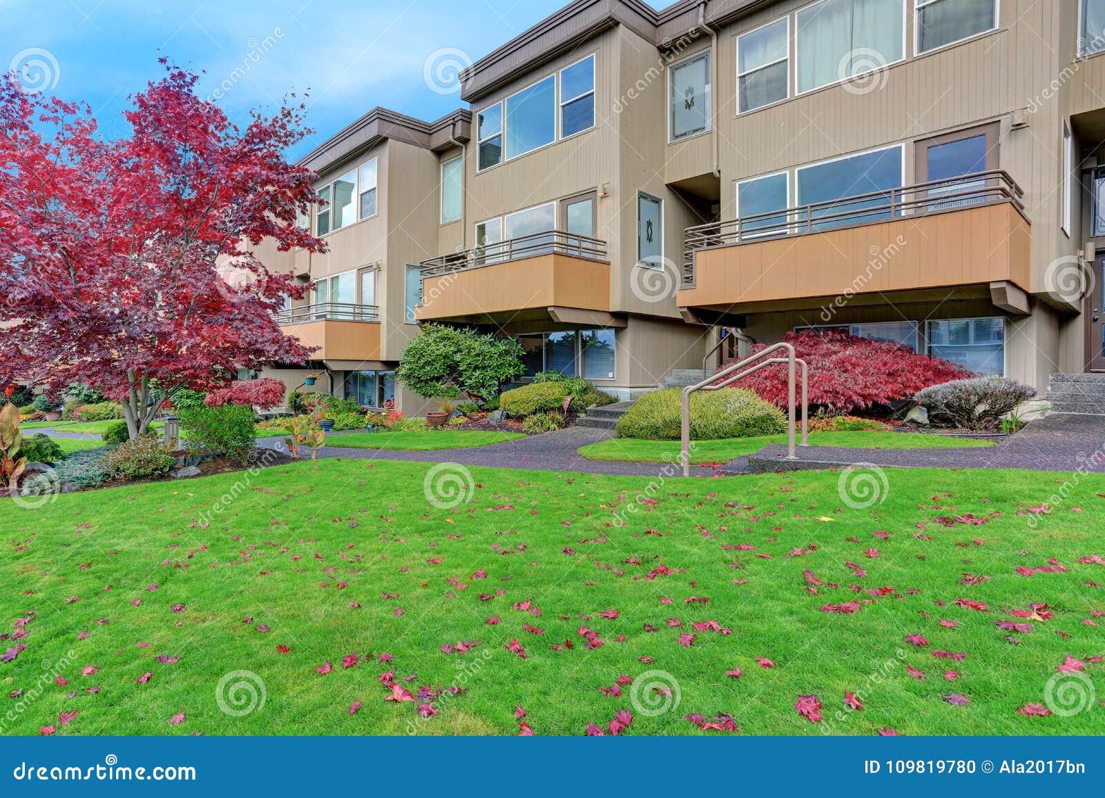 Condomínio, prédio de apartamentos com tapume bege