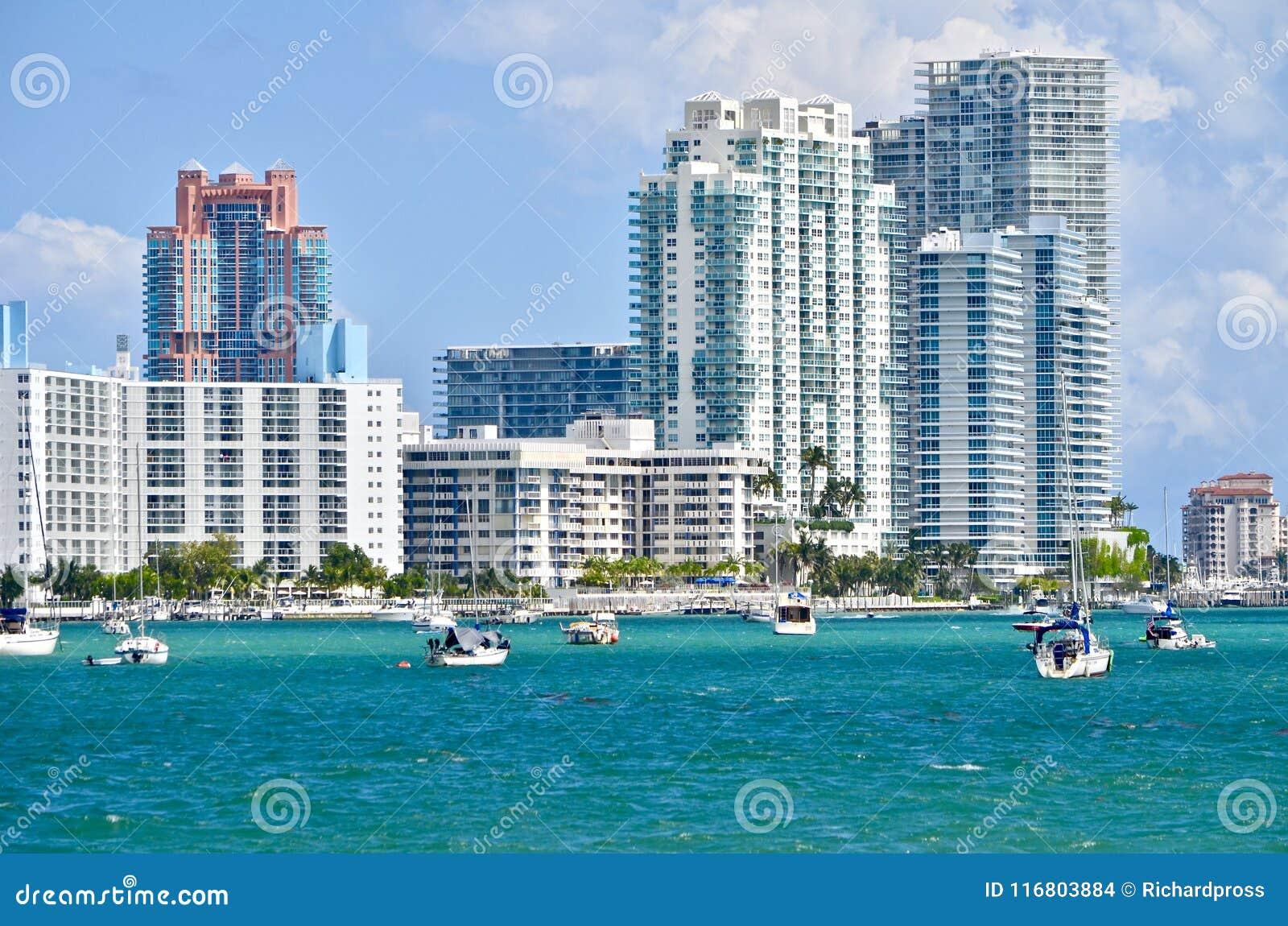 Condomini di lusso di Miami Beach sul canale navigabile Intra-costiero