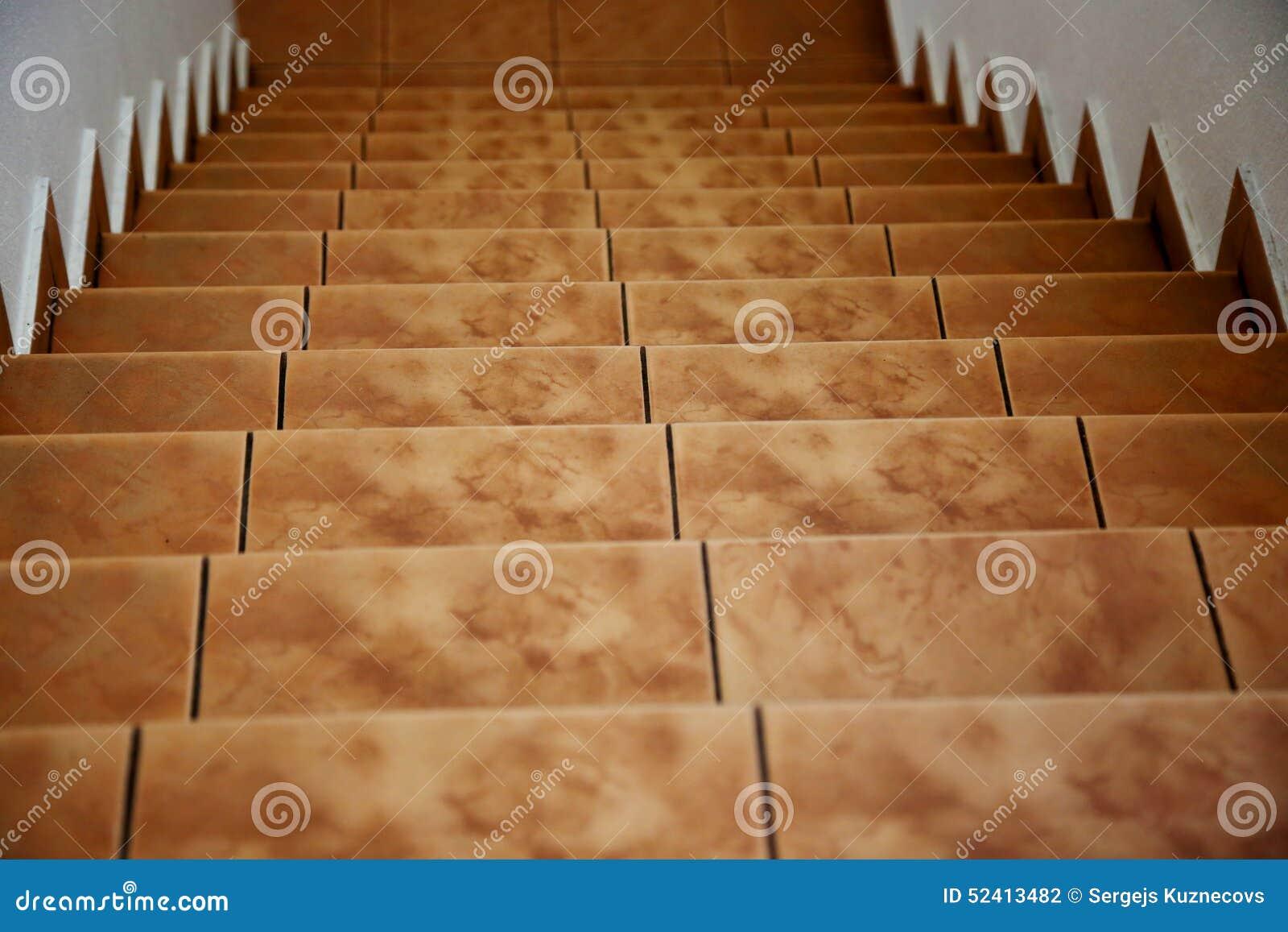 Condução abaixo das escadas amarelas marrons telhadas